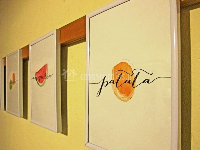 Detalle de los cuadros que decoran las paredes