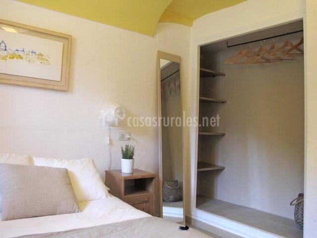 Detalle del espejo y del armario en el dormitorio