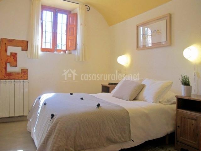 Dormitorio con cama de matrimonio y techo amarillo