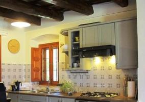 Cocina con techos de madera