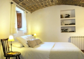 Dormitorio con techo de piedra