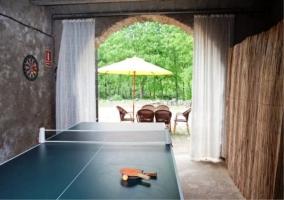 Mesa de ping pong y mobiliario