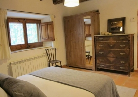 Mobiliario de madera en el dormitorio