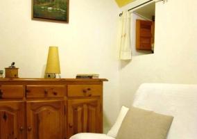 Sala de lectura con mobiliario