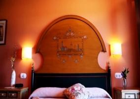 Dormitorio con cabecero en arco