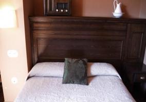 Dormitorio de madera con cama de matrimonio de la casa rural
