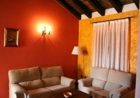 Salón-comedor con cómodos sofás