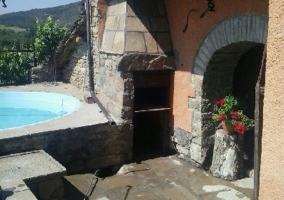 Vista del jardín y la piscina desde el balcón