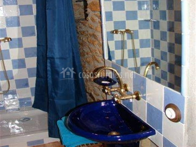 Cuarto de baño en azul con ducha
