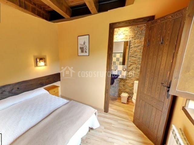 Dormitorio doble con vista del baño