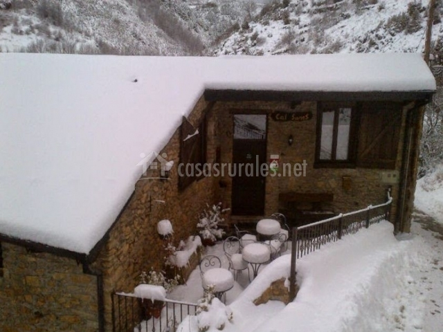 La casa y el patio nevados