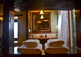 Detalle del lavabo con toallas