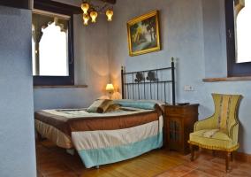 Dormitorio de matrimonio con cabecero de hierro