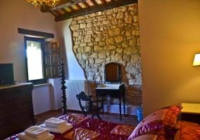 Dormitorio de matrimonio con piedra