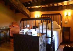 Dormitorio triple con techos bajos