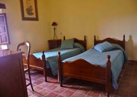 Dos camas individuales en el dormitorio Fonoll