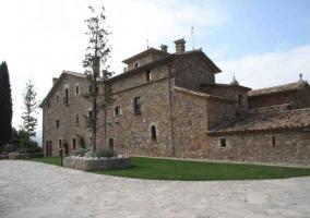 Vista e la fachada con zona ajardinada