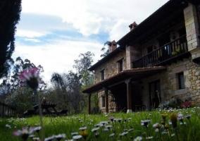 Exterior de la casa de piedra