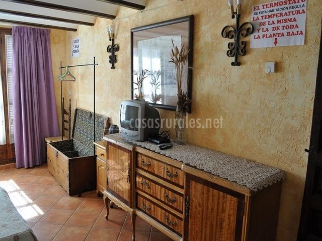 Casa victoria en hinojosa de jarque teruel for Baul dormitorio matrimonio