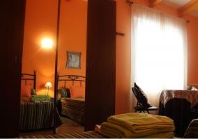 Habitación naranja con espacio abierto