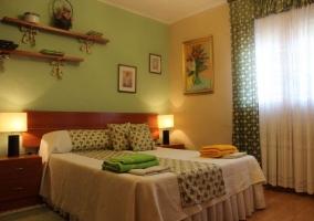 Habitación verde con cama de matrimonio