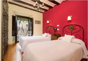Habitación doble con pared en fresa