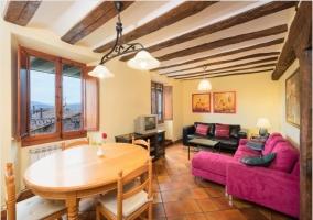 Salón Comedor con sofás en rosa
