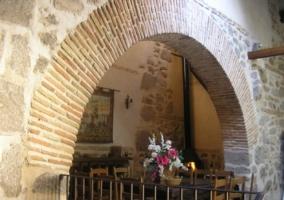 Arco en la bodega y mesa junto a chimenea