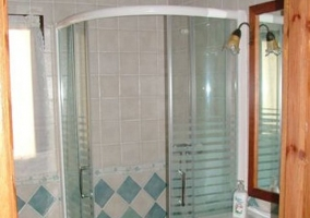 Aseo con ducha y azulejos azules