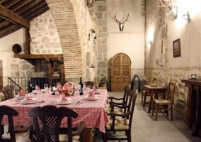 Bodega con arco y mesa de comedor