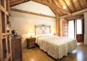 Dormitorio de matrimonio con techo a dos aguas