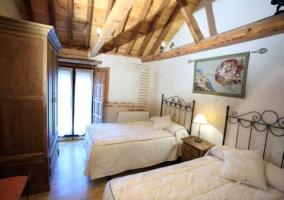 Dormitorio en primer piso con dos camas