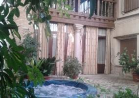 Jacuzzi redondo encendido en el patio