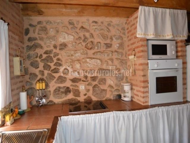 El viejo almac n en losana de piron segovia for Cocinas con pared de piedra