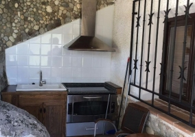 Cocina con muebles de madera y piedra natural