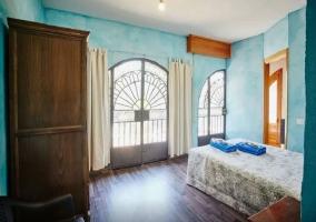 Dormitorio azul con baño incluido