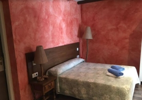 Dormitorio de matrimonio con toallasa