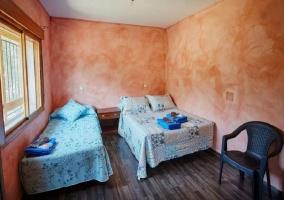 Dormitorio triple color salmón