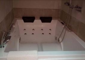 Hidromasaje y toallas en la suite