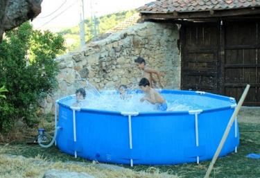 Casas rurales con piscina en adrada de piron for Piscina la adrada