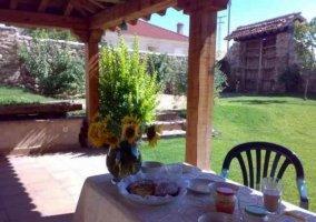 Flores en el patio y vista exterior de la casa