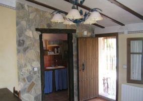 Entrada a la cocina con muro de piedra