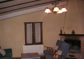Salón con butacones junto a la chimenea