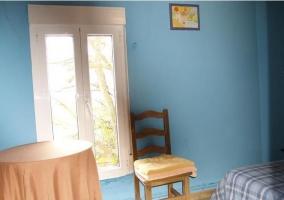 Dormitorio con mesa camilla