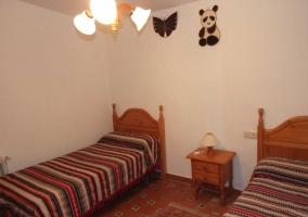Dos camas individuales con colchas a rayas