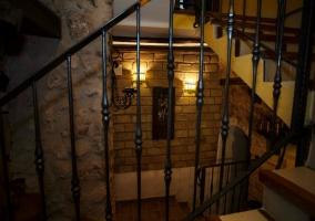 Las escaleras que suben al piso superior