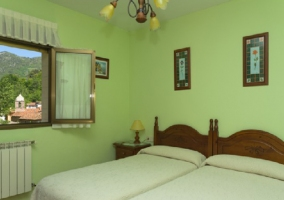 Habitación verde con ventana abierta