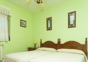 Camas individuales en habitación de color verde claro