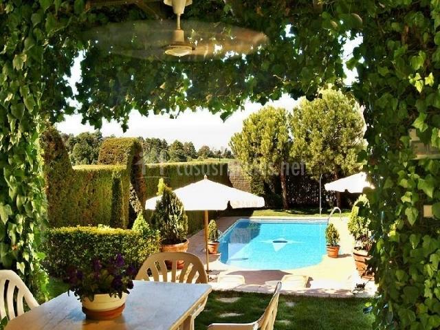 La cort cal carulla en pujalt barcelona - Mobiliario jardin barcelona ...