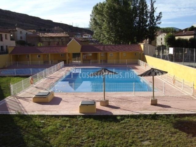 Casa amadeo apartamentos rurales en villarroya de los for Piscina teruel